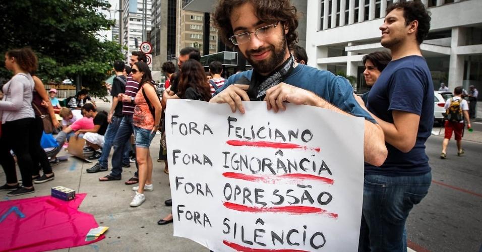 16.mar.2013 - Manifestante exibe cartaz em protesto contra o presidente da Comissão dos Direitos Humanos da Câmara dos Deputados, o pastor Marco Feliciano (PSC), na avenida Paulista, em São Paulo, neste sábado (16)