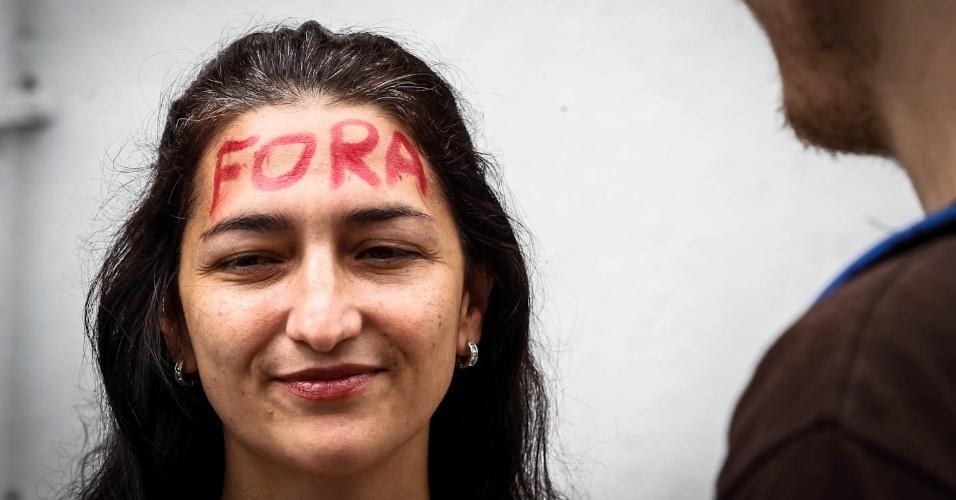 16.mar.2013 - Manifestantes pintam o rosto para protesto contra o presidente da Comissão dos Direitos Humanos da Câmara dos Deputados, o pastor Marco Feliciano (PSC), na avenida Paulista, em São Paulo, neste sábado (16)