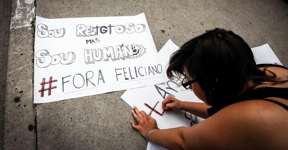 16.mar.2013 - Manifestantes preparam cartazes em protesto contra o presidente da Comissão dos Direitos Humanos da Câmara dos Deputados, o pastor Marco Feliciano (PSC), na avenida Paulista, em São Paulo, neste sábado (16)