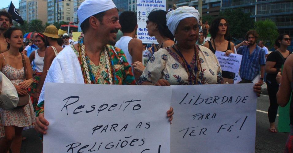 16.mar.2013 - Manifestantes protestam contra o presidente da Comissão dos Direitos Humanos da Câmara dos Deputados, o pastor Marco Feliciano (PSC), na praia de Copacabana, no Rio de Janeiro, neste sábado (16)
