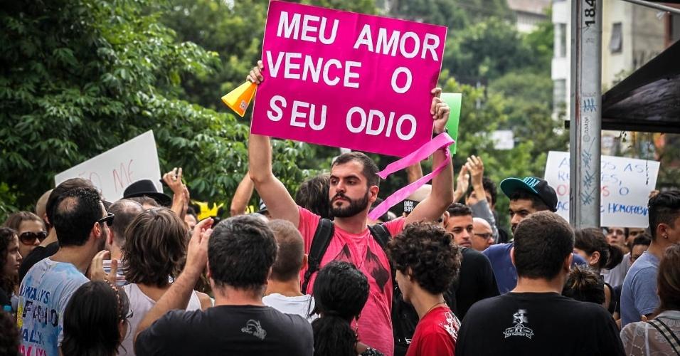 16.mar.2013 - Manifestantes realizam protesto contra o presidente da Comissão dos Direitos Humanos da Câmara dos Deputados, o pastor Marco Feliciano (PSC), na avenida Paulista, em São Paulo, neste sábado (16)