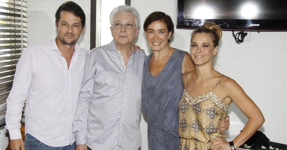 16.mar.2013 - Marcelo Serrado, Aguinaldo Silva, Lília Cabral e Carolina Dieckmann promoter Savanan posam para fotos durante o evento
