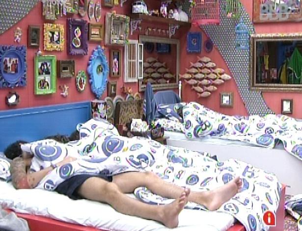 16.mar.2013 - Nasser, Andressa e Natália dormem nessa manhã de sábado