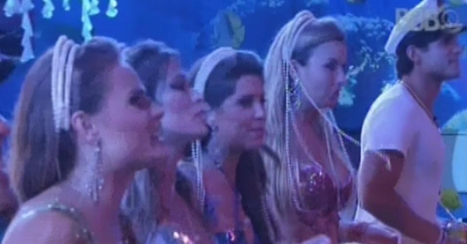 16.mar.2013 - Natália, Fani, Andressa, Fernanda e André aproveitam show do Só Pra Contrariar na festa Fundo do Mar
