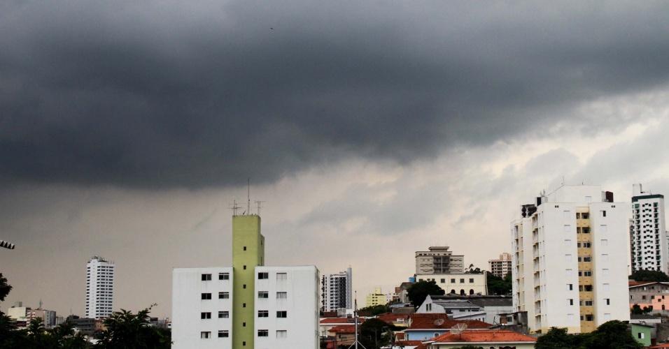 16.mar.2013 - Nuvens carregadas encobrem o céu no bairro do Mandaqui, zona norte de São Paulo (SP), neste sábado (16)
