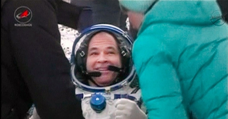 16.mar.2013 - O astronauta norte-americano Kevin Ford recebe ajuda para sair da capsula russa Soyuz, após pousar nas planícies do Cazaquistão. A bordo da nave, estavam, além de Ford, os cosmonautas russos Yevgueni Tarelkin e Oleg Novitski. Os três voltam à Terra depois de passarem quase cinco meses a bordo da ISS (Estação Espacial Internacional)