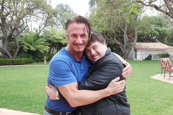 """16.mar.2013 - O ator Sean Penn e Ariel Goldberg, que atua no filme """"Colegas"""", na casa do ator"""
