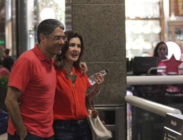 16.mar.2013 - o casal de jornalistas e apresentadores William Bonner e Fátima Bernardes tem fim de tarde romântica em cinema de um shopping na Barra da Tijuca, no Rio de Janeiro