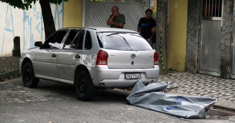 16.mar.2013 - O corpo de um homem morto a tiros e facadas foi encontrado dentro do porta-malas de um veículo, na zona leste de São Paulo (SP), neste sábado (16). De acordo com a polícia militar, dois criminosos abandonaram o automóvel na via com uma pessoa dentro do porta malas e atearam fogo no carro antes de fugir. A ocorrência registrada no 49º Distrito Policial