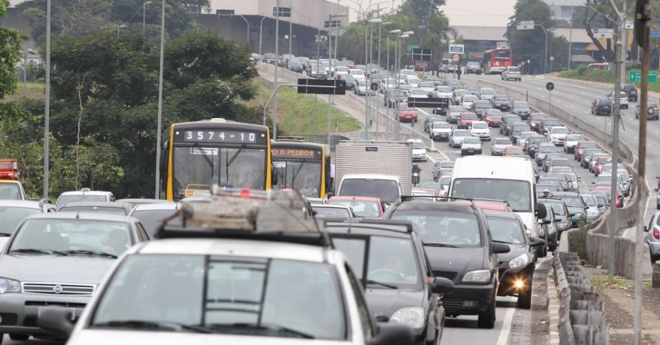 16.mar.2013 -  O trânsito é intenso na Radial Leste,  sentido centro de São Paulo, na manhã deste sábado (16), após acidente que deixou três pessoas feridas. As vítimas foram socorridas pelo Corpo de Bombeiros e encaminhados para hospitais da região