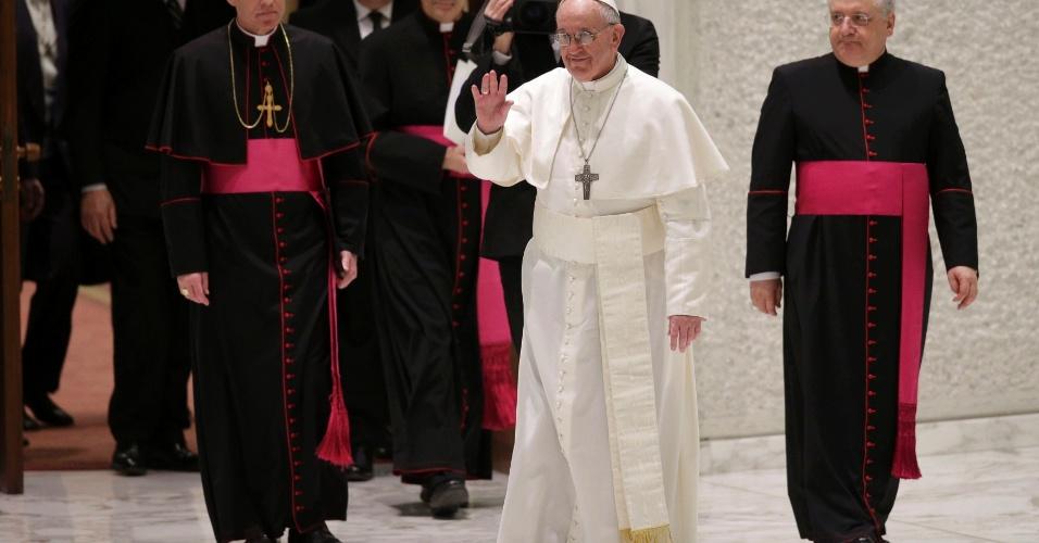 16.mar.2013 - Papa Francisco chega para audiência com integrantes da imprensa, no Vaticano