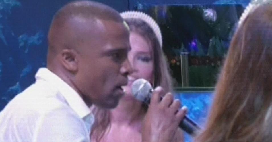 "16.mar.2013 - Para encerrar o show do Só Pra Contrariar, Alexandre Pires desce do palco de novo e canta ""Pode Chorar"""