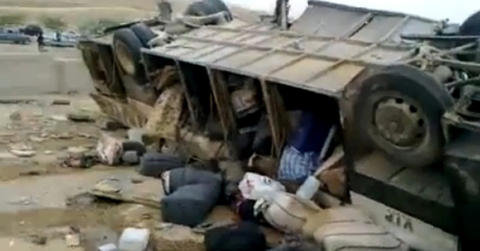 16.mar.2013 - Peregrinos palestinos morrem em acidente de trânsito na estrada do mar Morto, na Jordânia