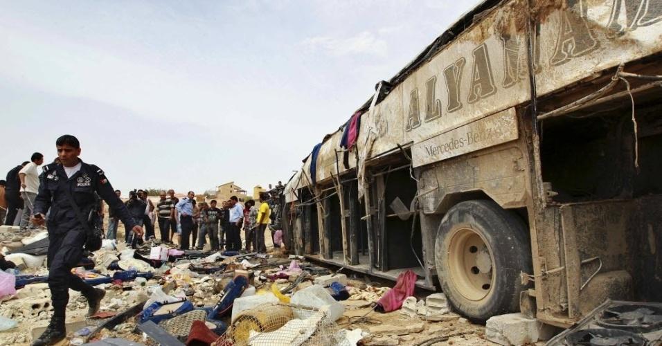 16.mar.2013 - Policial observa local do acidente envolvendo um ônibus e um caminhão, neste sábado (16), na Jordânia, que matou 17 palestinos. Segundo o governador de Jenin, na Cisjordânia, os passegeiros voltavam de uma peregrinação a Meca