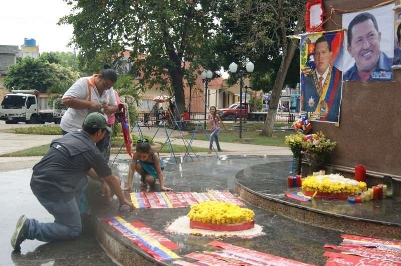 16.mar.2013 - População presta homenagem a Hugo Chávez, neste sábado (16), na cidade de Sabaneta, local em que o nasceu o presidente da Venezuela morto em 5 de março