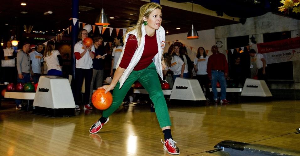 16.mar.2013 - Princesa holandesa Maxima joga boliche com voluntários, em Utrecht