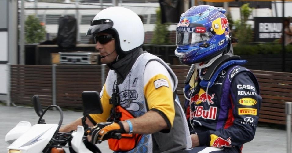 16.mar.2013 - Sebastian Vettel pega carona de moto após seu carro parar no meio do circuito devido a um problema hidráulico; a chuva atrapalhou a última sessão livre na Austrália, e fez com que Romain Grosjean ficasse com o melhor tempo, seguido de Fernando Alonso e Felipe Massa