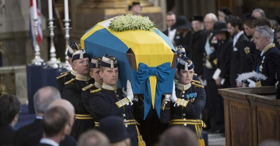 16.mar.2013 - Suecos prestam últimas homenagens a princesa Lilian, da Suécia, na capela real de Estocolmo, neste sábado (16). O corpo será sepultado no cemitério real localizado no parque Haga. A princesa, que sofria de mal de Alzheimer, morreu aos 97 anos no último domingo (10)