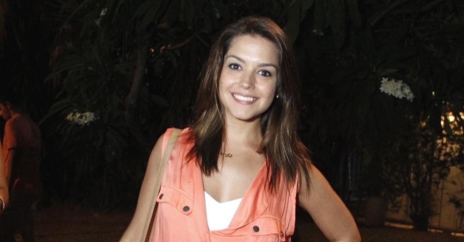 16.mar.2013 - Thaís Fersoza vai aos camarins do Rio Verão festival para encontrar Michel Teló, que havia acabado de se apresentar