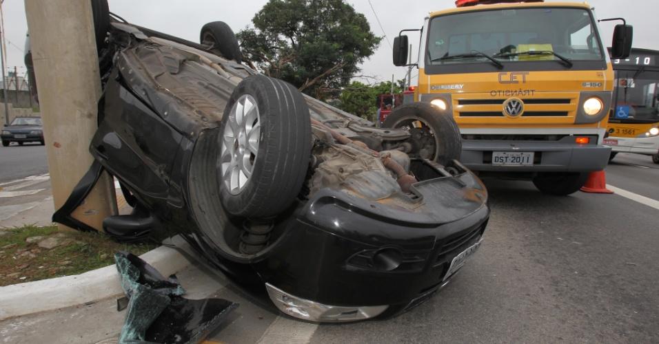 16.mar.2013 -  Um veículo capotou  e bateu contra um poste na Radial Leste,  sentido centro, na madrugada deste sábado (16).  Três pessoas ficaram feridas. Elas foram   socorridas pelo Corpo de Bombeiros e encaminhadas para hospitais da região