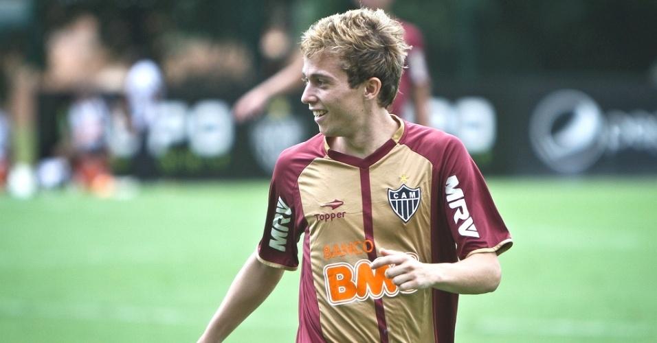 Bernard, meia-atacante do Atlético-MG, apareceu loiro na Cidade do Galo (16/3/2013)