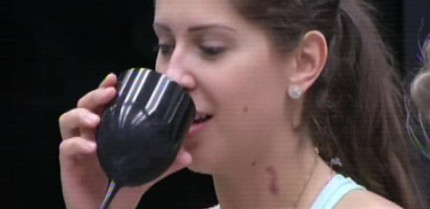 17.mar. 2013 - Nasser dá chupão no pescoço de Andressa e casal exibe marcas roxas pelo corpo