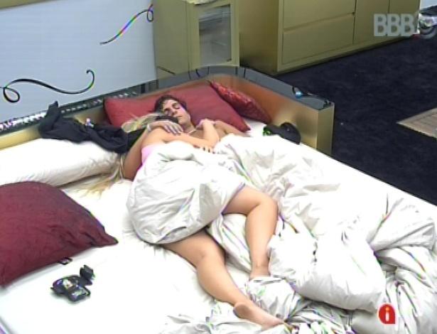 17.mar.2013 - André e Fernanda dormem no quarto do líder