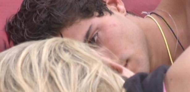 17.mar.2013 - André observa Fernanda e diz que está carente. A loira afirma que enquanto ele estiver com ela, ele nunca ficará carente