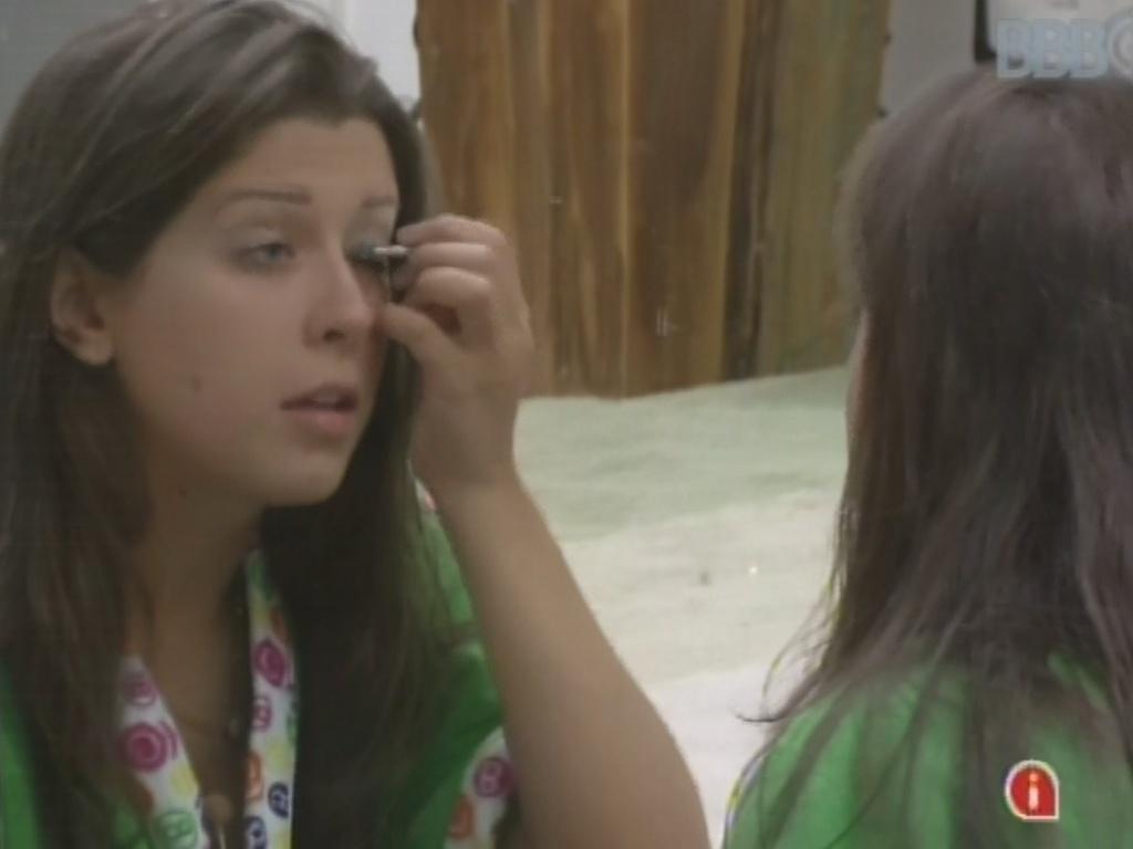 17.mar.2013 - Andressa se maquia antes do programa ao vivo