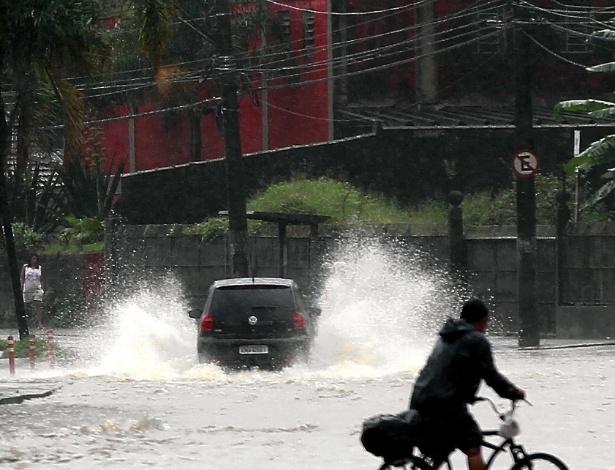 17.mar.2013 - Após chuva forte, cidade de Santos (SP) volta a registrar alagamentos, neste domingo (17)