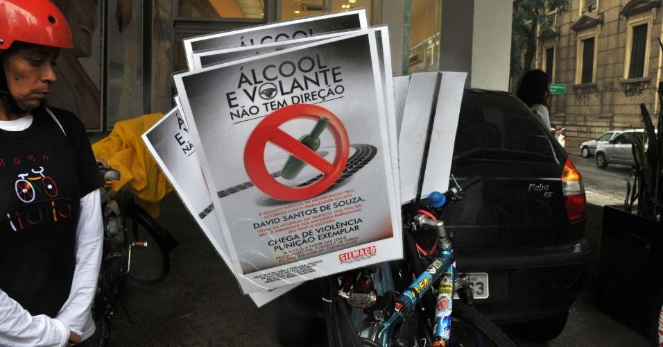 17.mar.2013 - Ciclistas que circulam pela avenida Paulista, em São Paulo, neste domingo (17), colocam cartazes nas bicicletas em forma de protesto contra a combinação de bebidas alcoólicas e direção. A manifestação é uma lembrança do acidente com David de Souza, no domingo passado, em que o ciclista perdeu o braço na após ser atropelado pelo estudante de psicologia Alex Siwek