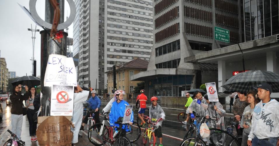 17.mar.2013 -  Ciclistas que circulam pela avenida Paulista, em São Paulo, neste domingo (17), colocam cartazes nas bicicletas em forma de protesto contra a combinação de bebidas alcoólicas e direção. A manifestação é uma lembrança do acidente com David de Souza, no domingo passado, em que o ciclista perdeu o braço na após ser atropelado pelo estudante de psicologia Alex Siwek. Apesar da chuva, os manifestantes caminharam da praça do Ciclista até o local onde David foi atropelado