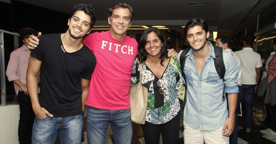 """17.mar.2013 - Família Simas vai ao espetáculo """"Dzi Croquettes em Bandália"""", na Gávea, Rio de Janeiro"""