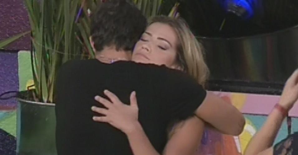 17.mar.2013 - Fani dá abraço em André antes de deixar a casa