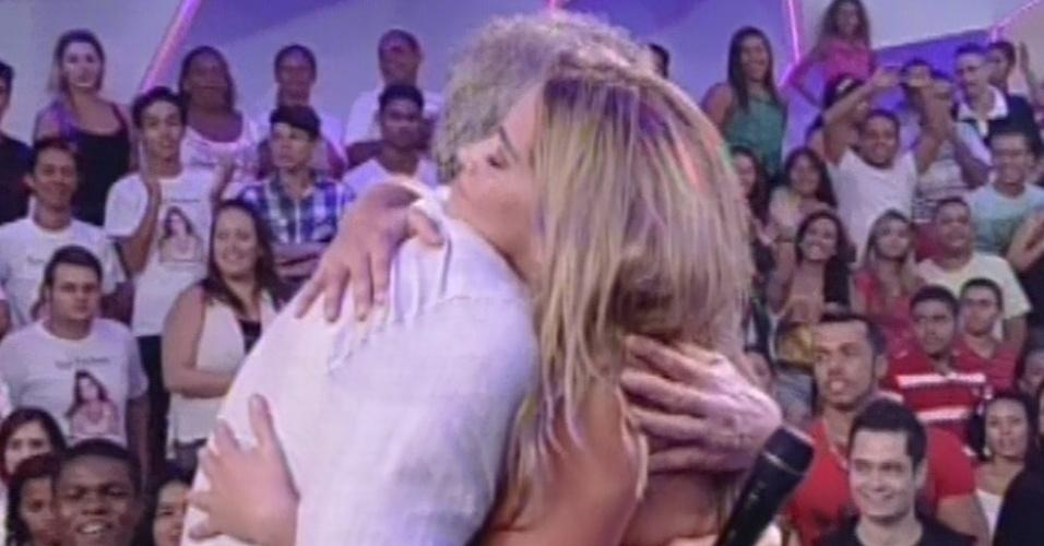 """17.mar.2013 - Fani dá abraço em Pedro Bial ao deixar a casa do """"BBB13"""". Ela foi a décima primeira eliminada do reality"""
