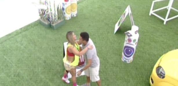 17.mar.2013 - Fani se despede de Ronaldo. O Fenômeno participou da prova da comida do