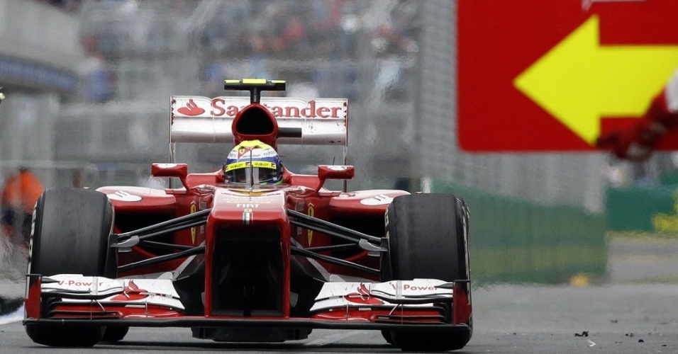 17.mar.2013 - Felipe Massa entra nos boxes para fazer um de seus três pit stops durante o GP da Austrália