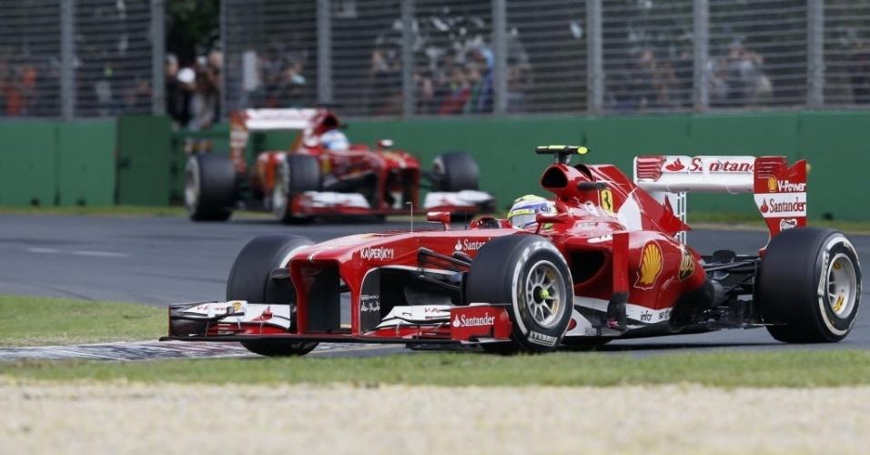 17.mar.2013 - Felipe Massa segue à frente de Fernando Alonso após a largada do GP da Austrália