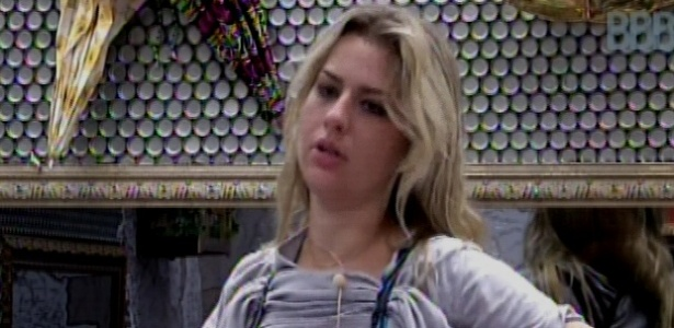 17.mar.2013 - Fernanda coloca o sutiã na manhã desse domingo
