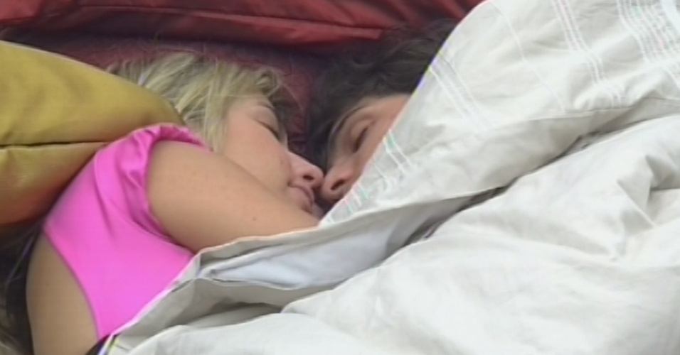 17.mar.2013 - Fernanda e André dormem juntos no quarto do líder