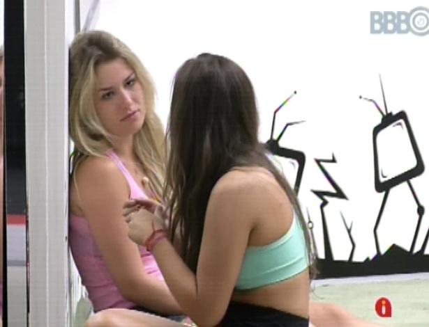 17.mar.2013 - Fernanda e Andressa relembram os últimos acontecimentos da festa de sábado