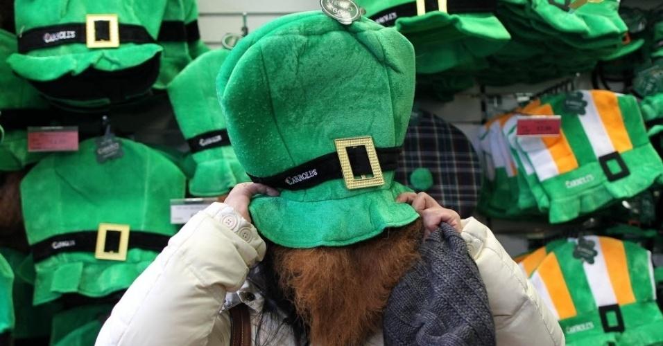 17.mar.2013 - Homem  experimenta figuro tradicional durante as celebrações do St. Patrick's Day, em Dublin (Irlanda)