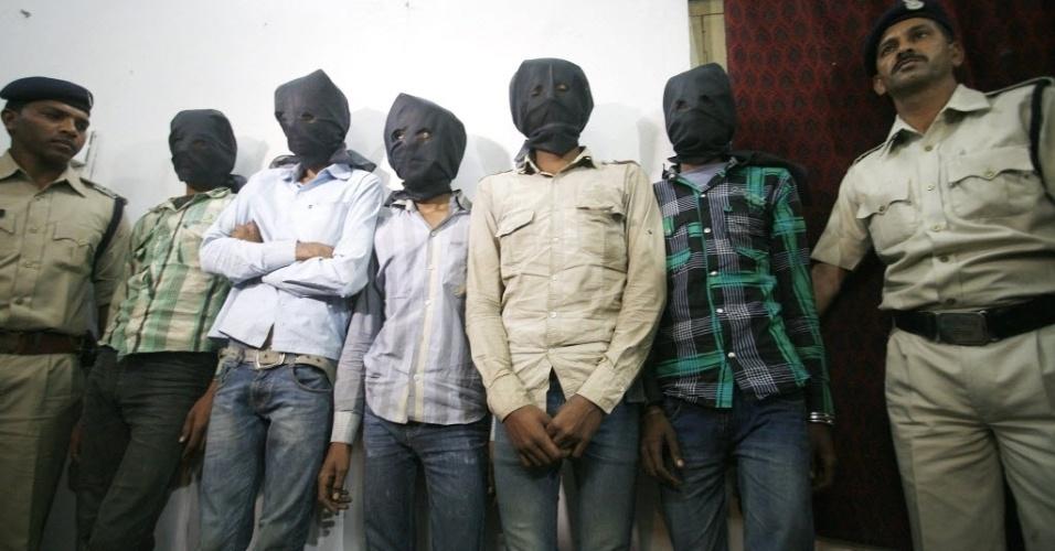 17.mar.2013 - Homens são presos, neste domingo (17), acusados de estupro coletivo contra uma turista suíça que estava acampando com seu marido em uma floresta no Estado indiano de Madhya Pradesh, no sábado (16). Todos os acusados comparecerão diante de um magistrado na segunda-feira (18), afirmou o vice-inspetor geral da polícia, Dilip Arya, à Reuters. A polícia também recuperou objetos de valor do casal