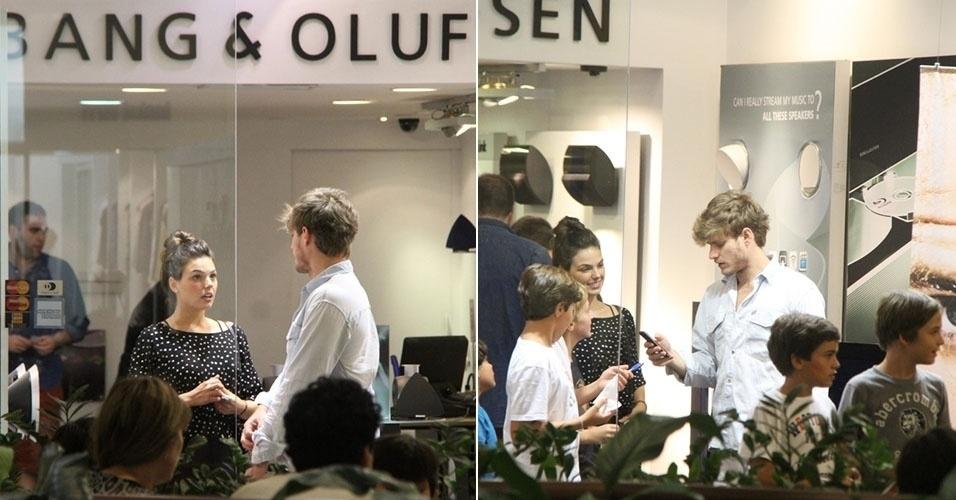 17.mar.2013 - Ísis Valverde passeia com o namorado em shopping do Rio de Janeiro