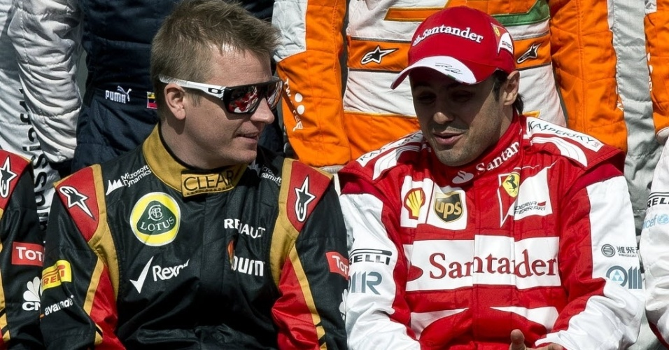 17.mar.2013 - Kimi Raikkonen e Felipe Massa conversam durante a foto oficial dos pilotos da temporada de 2013