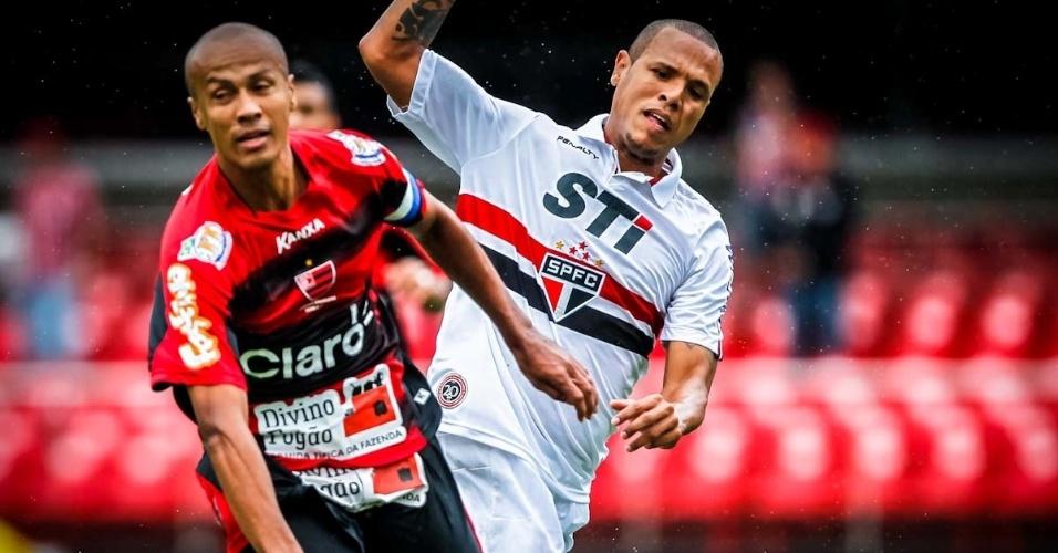 17.mar.2013 - Luís Fabiano, atacante do São Paulo, disputa a posse da bola com jogador do Oeste durante partida do Campeonato Paulista