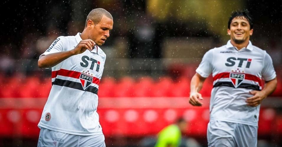 17.mar.2013 - Luís Fabiano comemora depois de marcar o terceiro gol do São Paulo contra o Oeste, pelo Campeonato Paulista