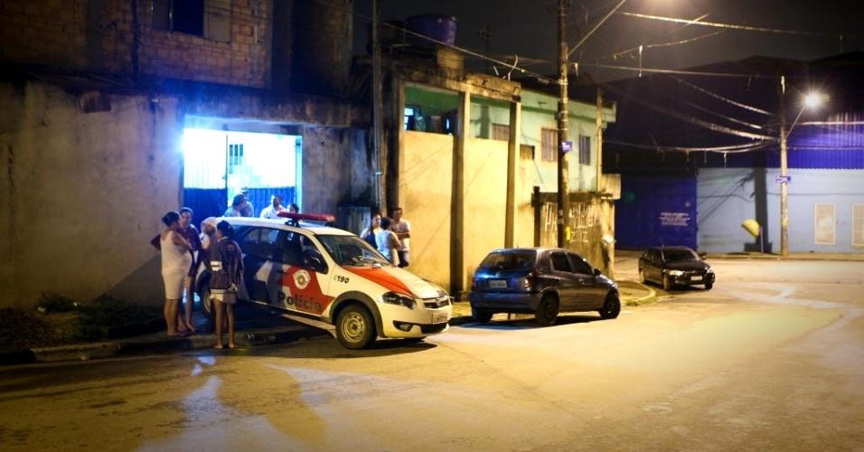 17.mar.2013 - Mulher identificada como Roberta Izidora da Silva, 18, foi morta em sua casa na rua Novo Mundo, no bairro de Bonsucesso, em Guarulhos, na Grande São Paulo. De acordo com a polícia, o principal suspeito é o ex-marido da vítima