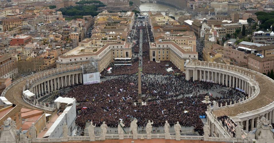17.mar.2013 - Multidão lota a praça São Pedro, no Vaticano, para acompanhar o primeiro Angelus do papa Francisco