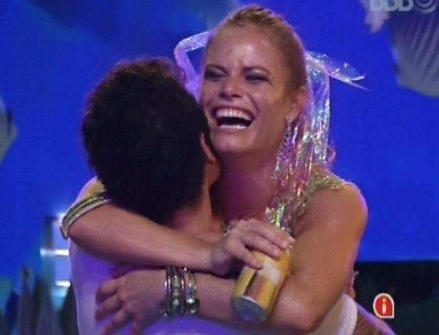 17.mar.2013 - Nasser abraça Natália após ouvir